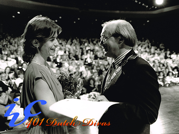 1989 00 Yvi JaМnicke receives prize from MAyor 1st Prize Song
